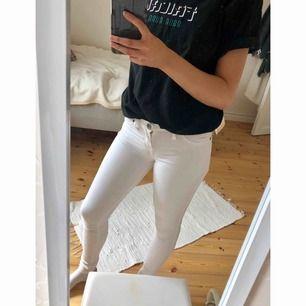 Vita jeans från Dr.Denim i modellen kissy. Säljer pga att de aldrig kommit till användning, endast testade!🤥 Nypris; 399kr. Frakt tillkommer!