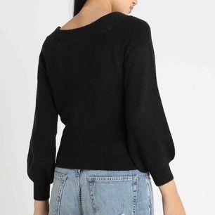 Svart stickad off-shoulder tröja med ballongärmar🧞♀️ Ej stickig! Fraktkostnad: 36 kr