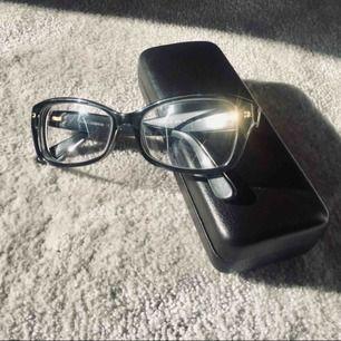 Jag säljer nu mina Dolce Gabbana-glasögon då styrkan inte längre passar min syn 👁✨ Styrkan är -3,50 på båda glas. Glasögonfodralet som medföljer är ej Dolce Gabbana. Puts-lapp och kvitto på styrka på glasen medföljer. Köptes för ca 4000 kr 💎