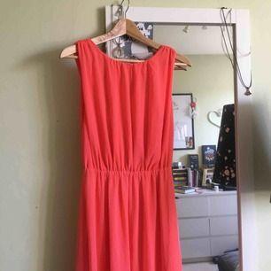 Fin ceriserosa långklänning från Bik Bok i strl S. Öppen i ryggen. Köparen står för frakten :)