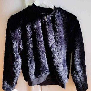"""Jätte fin """"päls"""" jacka från BikBok. Nästan aldrig använd, som ny. Den är svart, den ser bara lila ut i solljuset!"""