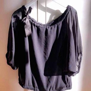 Jätte fin svart blus från VERO MODA. Man kan ha den som en off shoulder tröja eller vanlig!