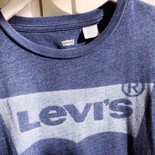 Säljer nu min snygga Levi's tröja, jätte bra skick då den nästan aldrig är använd.  Kontakta för fler frågor.