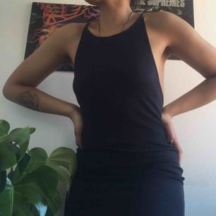 Favorit klänning med en halterneck i fram och en djup öppen rygg! Passar bra till fest och vardags!