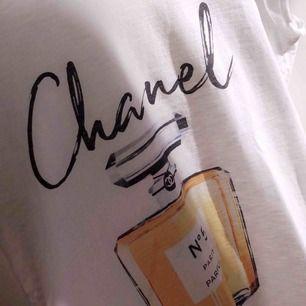 Säljer nu min fina Chanel tröja, köpt i Spanien!             Nypris 300/400. Kontakta för fler bilder eller frågor!