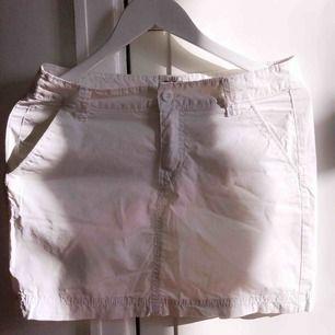 En sjukt fin vit kjol. Inte så använd så är i jätte bra skick!  Kontakta för fler bilder eller frågor!
