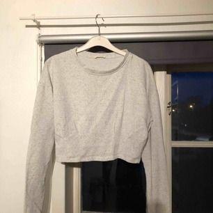 Jättefin croppad tröja från Zara!! Hade gärna behållt den själv men den är lite stor då jag i vanliga fall har S. Knappt använd. Frakt tillkommer