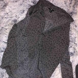 Skjorta med leopardmönster i väldigt gott skick. Frakt tillkommer