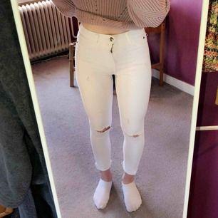 Skit snygga vita jeans, fint skick. Kommer inte ihåg storleken men passar på någon som har XS!