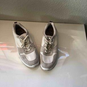 Eytys skor. Använda i ungefär en vecka. Original pris var 1100kr och behöver sälja för att jag måste ha pengar. Det är väldigt bekväma också. Möts helst med hämtning eller på gröna linjen.