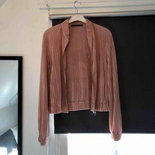 Ljusrosa plisserad jacka/kofta från Zara! Verkligen superfin men tyvärr använder jag knappt den så då är de bättre nån annan äger den. Frakt tillkommer