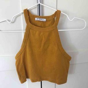 Mörkgul croptop/linne från Zara. Perfekt nu till våren/sommaren.