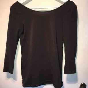 En svart/mörkgrå off shoulder tröja från hm. Går lite djupare ner i ruggen än på framsidan av tröjan. Köpt för 80kr.