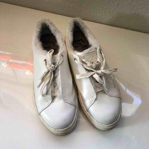 Eytys skor vita. Äkta eytys, använda men fortfarande i bra skick. Hämtning helst eller möta på gröna linjen. Pris kan diskuteras