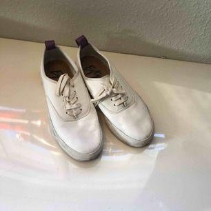 Eytys skor vita. Väldigt bekväma och använda i ungefär en månad. Säljer de för att jag behöver pengar. Helst hämtning eller möte på gröna linjen.