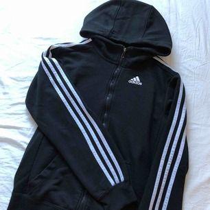 Adidas trackjacket i väldigt fint skick Ska finnas snöre till och kan leta upp det 200kr +frakt (ingår ej)