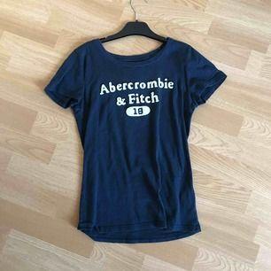 Marinblå t-shirt från abercrombie & fitch, sparsamt använd. Tar swish + köparen står för frakten
