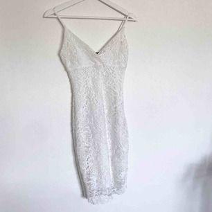 Jättefint vit klänning från bikbok. Perfekt till studenten✨ Liten frakt tillkommer.
