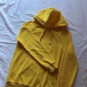 Super fin gul hoodie från bikbok Aldrig använd 100kr + frakt (ingår ej) nypris 299