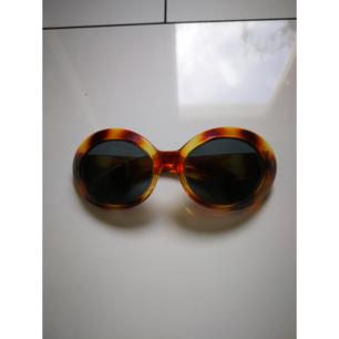 Supersnygga retro solbrillor! Köpta på secondhand, fint skick!