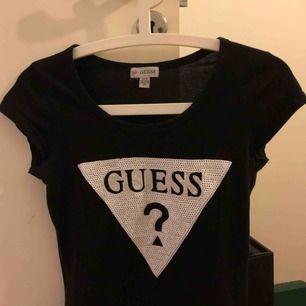 skön svart t-shirt från GUESS köpt i usa, inte använd mycket så i fint skick!