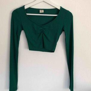 Grön ribbad långärmad och uringad tröja från Urban Outfitters. Slutar över naveln. Pssar både XS och S. 85kr + frakt 💘