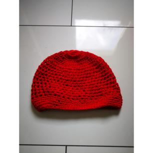 Virkad hatt/mössa  Aldrig använd! Köpte för jag skulle ha till halloween men den kom försent så hann aldrig använda den. Fett cool!