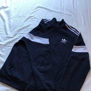 Adidas originals trackjacket 200kr + frakt (ingår ej)  aldrig använd, nypris 699kr