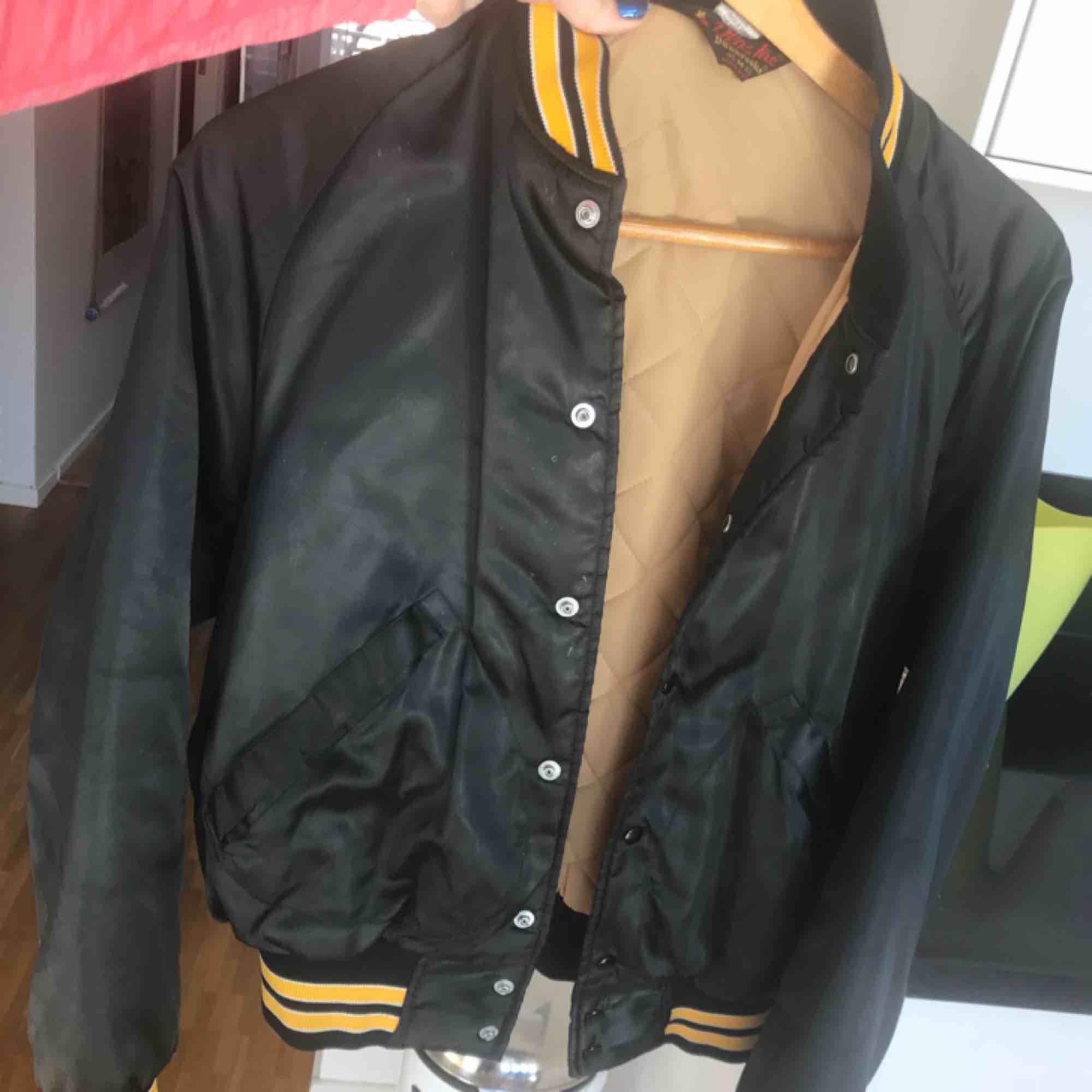 säljer min oversized baseball inpirerad jacka. Perfekt nu till våren! Köpt på beyond retro.  . Jackor.
