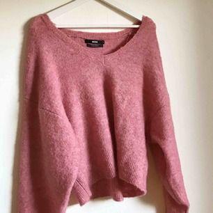Jättemysig stickad tröja från bikbok. Helt ny och i perfekt skick. Säljer den då den inte kommer till användning.
