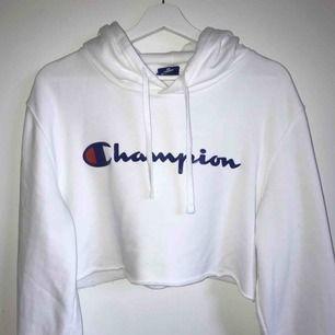 Jättesnygg hoodie från Champion. Storlek L men den är avklippt så den passar en XS-M beroende på hur man vill att den ska sitta. Passar mig som brukar ha S i Överdelar. Frakt tillkommer.