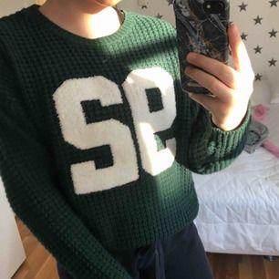 Super mysig grön stickad tröja, passar stolek XS och S. Kan frakta💓