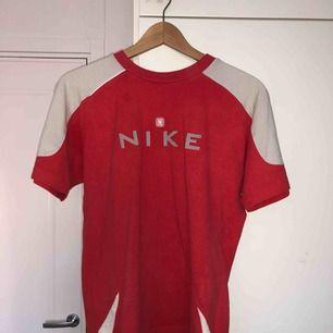 Världens snyggaste Nike tröja i asbra material. I jättebra skick, dock minsta fläcken (bild 2) men som bara syns med blixten på. Skriv om du har några frågor! :) frakt: 36kr