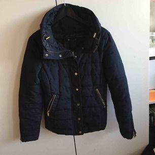 Fin marinblå jacka från Gina tricot. Jag använde jackan väl under höst/vår och nu är den för liten.