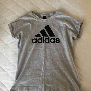 Grå simpel Adidas t-shirt, knappt använd. Kan frakta den ✨