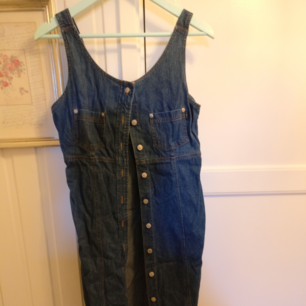 Lång jeans klänning köpt från humana secondhand, använd en gång men tyvärr för stor och jag saknar talang för att sy in den :(
