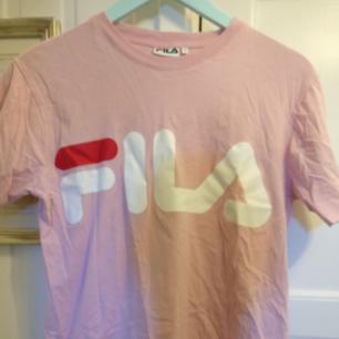 Rosa fila tröja, knappt använd så väldigt fint skick!  Kan mötas upp i Gävle eller så betalar köparen frakten❤️