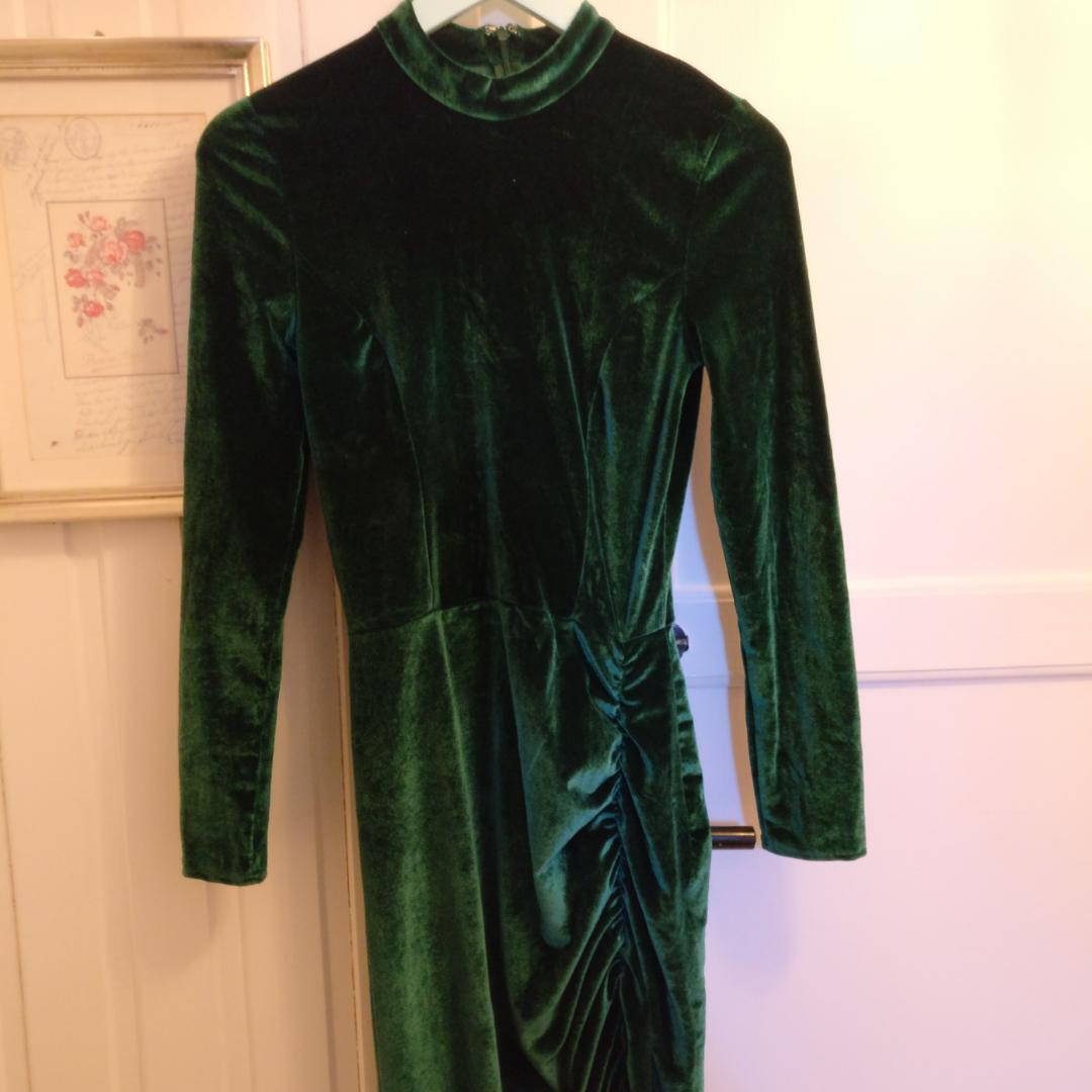Grön sammetsklänning från NLY, använd en gång. Stretchigt tyg och slit på ena benet, lite högre krage och super snygg passform😍🤩  Kan mötas i Gävle annars betalar köparen frakten❤️. Klänningar.