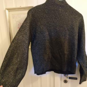 Glittriga 80-tals tröja från H&M, stora armar och hög krage. Väldigt varm så är super mysig på vintern. Använd max tre gånger och säljs då den inte kommit till användning ❤️  Kan mötas i Gävle eller så betalar köparen frakten❤️
