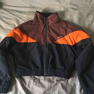 Kort puffer jacket perfekt som vårjacka. Skitsnygg och knappt använd ✨