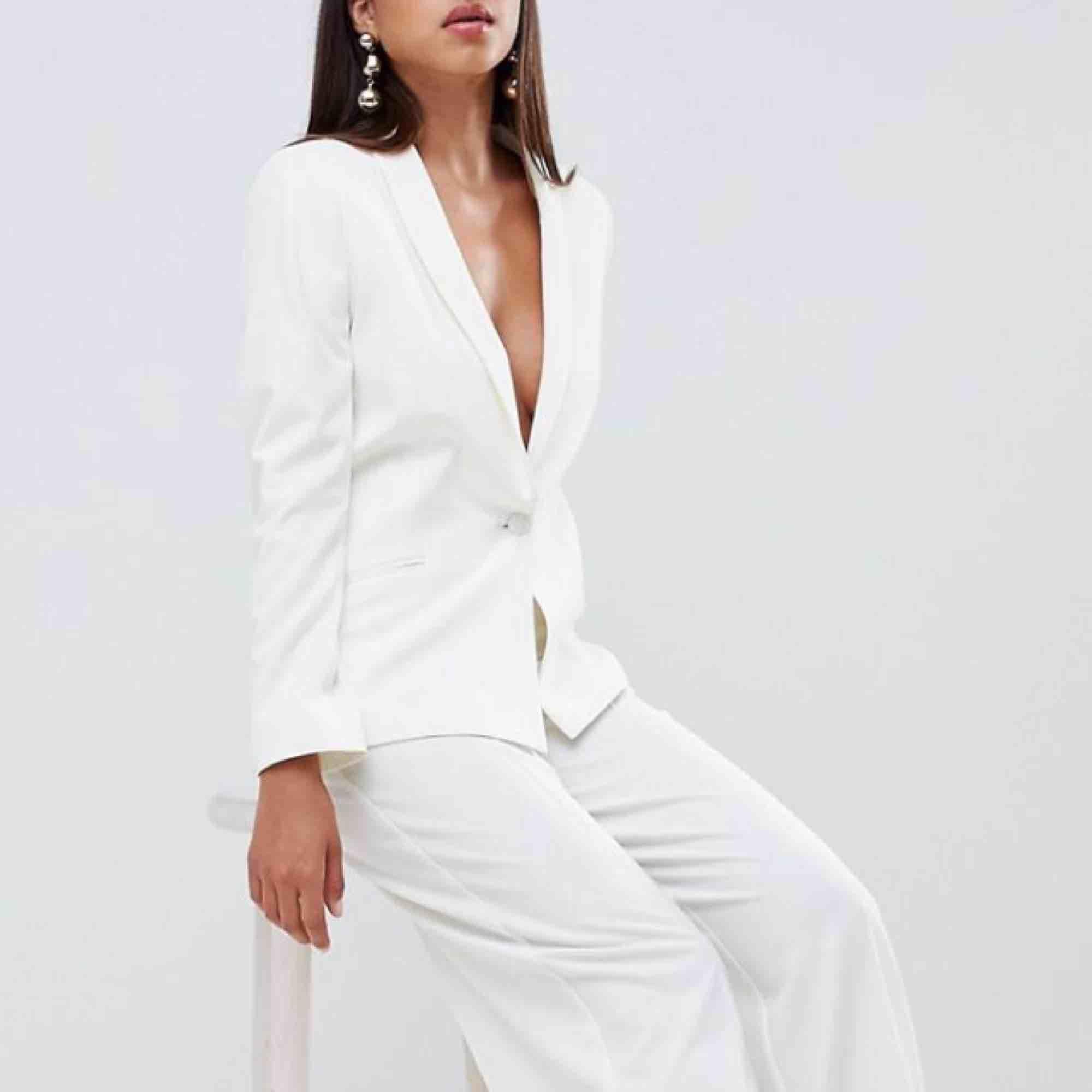 Säljer tillsammans!  Vit figursydd blazer (nypris 752 kr) + vita figursydda byxor (nypris 478 kr) i storlek 36 från ASOS! Aldrig använda, passar perfekt till studenten,  storlek finns inte längre i lager på hemsidan! . Kostymer.