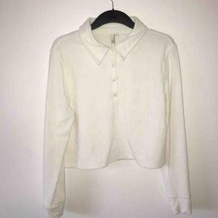 bekvämaste tröjan någonsin! både mysig och snygg med fin krage och knappar fram.
