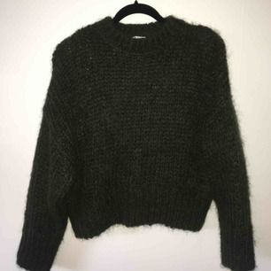 superfin grön stickad tröja, nästan aldrig använd! mysigt material som håller värmen bra.