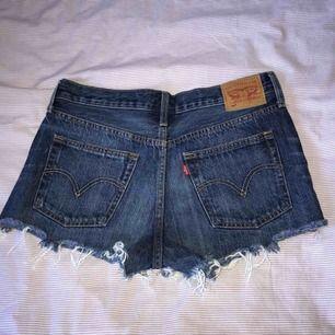 Levis shorts i jättebra skick! Knappt använda. Lite små i storleken.