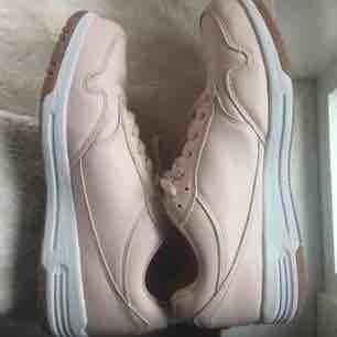 Ljusbeige sneakers från märket Attitude. Köpta på DinSko och använd runt 2 gånger men inte mer. Lite lösa trådar på skosnörena men annars inga defekter. Storlek 39, köpta för 300 kr :).