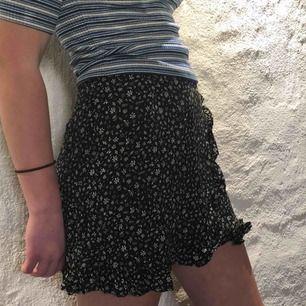 En somrig kjol med blommönster. Använd ett fåtal gånger.