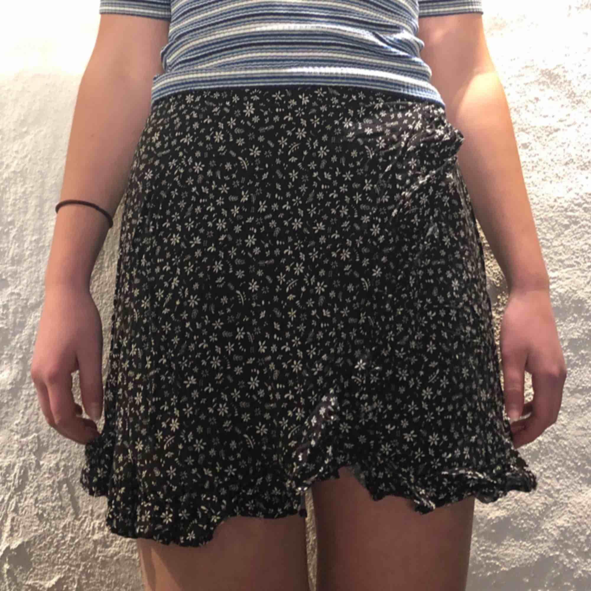 En somrig kjol med blommönster. Använd ett fåtal gånger. . Kjolar.