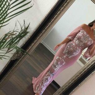Vacker Festklänning/balklänning i storlek 36 endast använd vid ett tillfälle