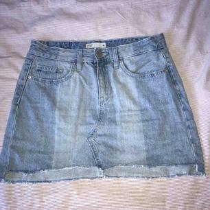 Jeans kjol i jättebra skick. Säljer pga att de är förstora. Endast använt dem 2-3 ggr.