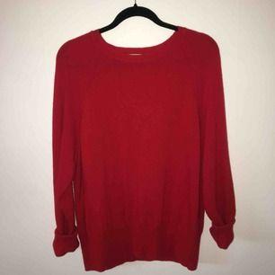 jättefin röd tröja i mysigt material!